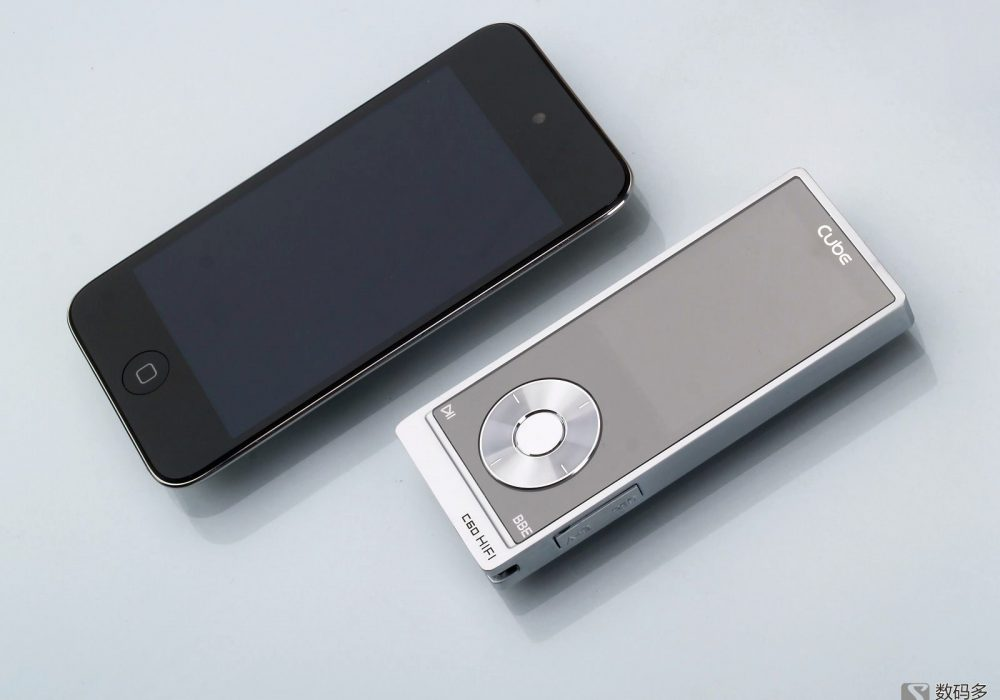 Cube 酷比魔方 C60 便携式数字播放器-与iPod Touch4大小对比