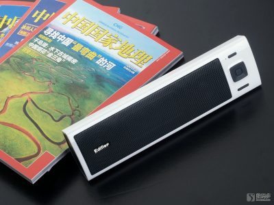 Edifier 漫步者 M17 微型音响-与杂志大小对比