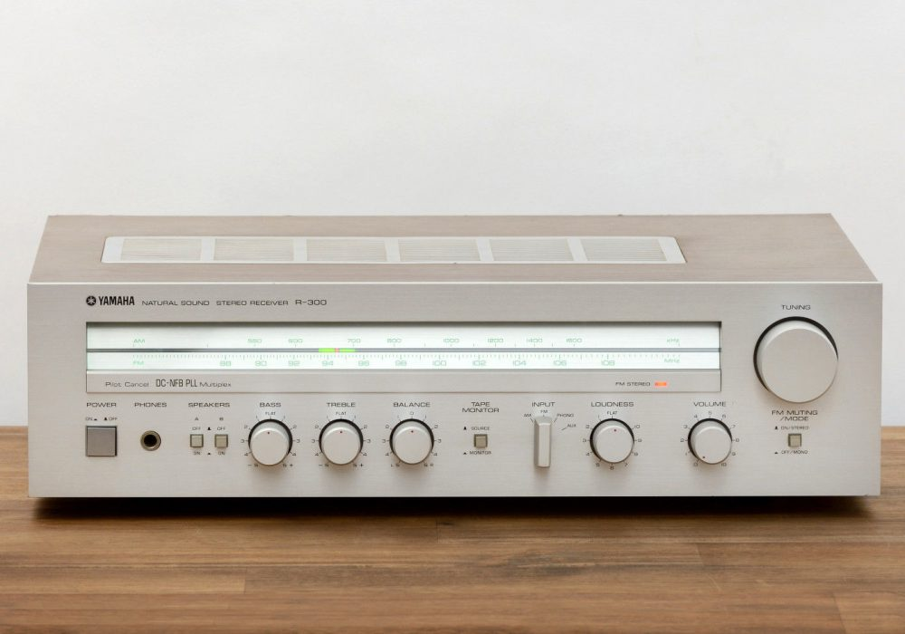 雅马哈 YAMAHA R-300 立体声 收音机 / Radio / Verstärker / Amplifier in silber