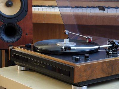 Tesla NC440 黑胶唱机